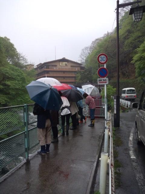 雨の中>_<
